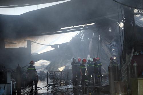 Đến 9h10, đám cháy được dập tắt. Lửa thiêu rụi 1.600 m2 nhà xưởng.