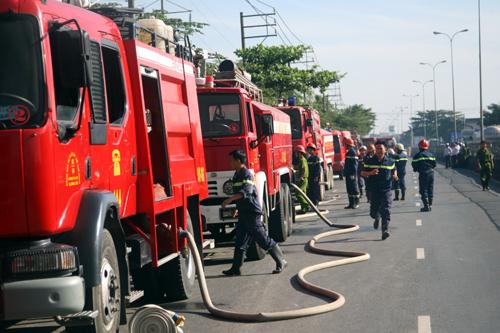 Hơn 100 cảnh sát cứu hỏa cùng gần 20 xe chữa cháy được huy động đến hiện trường.