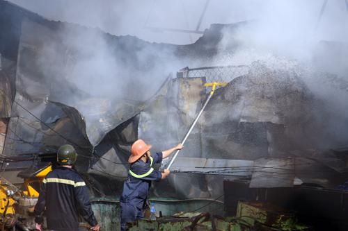Cảnh sát cứu hỏa nhanh chóng cô lập không cho đám cháy lan.