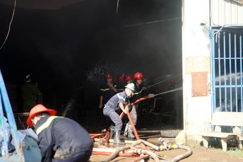 Phun nước vào trực diện đáp cháy.