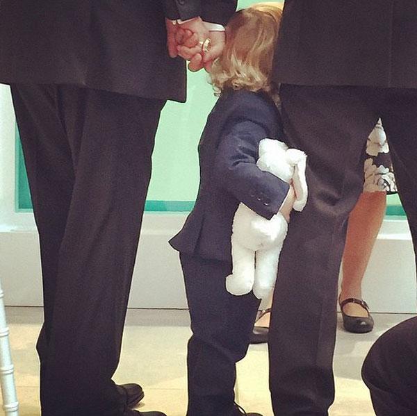 Elton John chia sẻ bức ảnh con trai cả chụp cậu em trai đang bám chân bố khi hai ông bố nắm chặt tay nhau. Danh ca 67 tuổi đã lập ra một trang Instagram riêng hôm thứ 7 để cập nhật những tin tức và hình ảnh trong lễ cưới của ông.