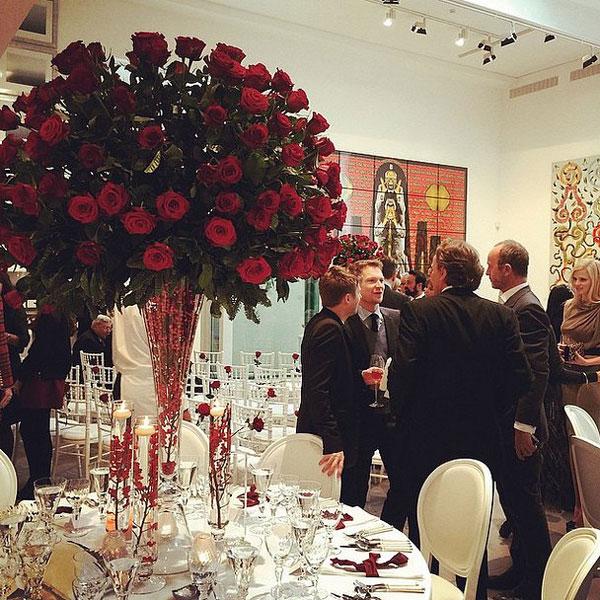Tiệc cưới được trang hoàng lộng lẫy với màu đỏ và trắng. Rất đông bạn bè, nghệ sĩ đã tới tham dự.