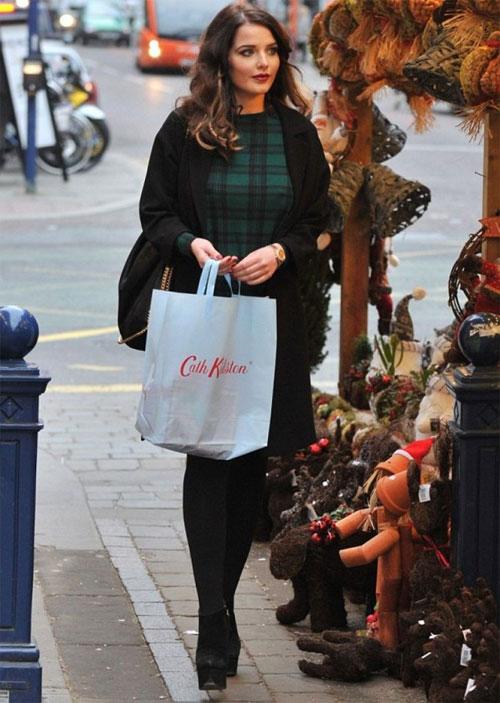 Helen Flanagan dịu dàng đi mua sắm hôm đầu tháng.