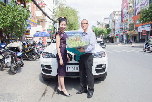 Phần thưởng là một chiếc xe BMW X6. Giá trên thị trường của chiếc xe sang hiện nay khoảng 3,8 tỷ đồng. Đây cũng được coi như món quà sinh nhật cũng như phần thưởng Tết sớm dành cho anh Hùng sau những thành tích xuất sắc trong công việc. Anh Hùng đồng thời cũng là em trai ruột của bà Hà.