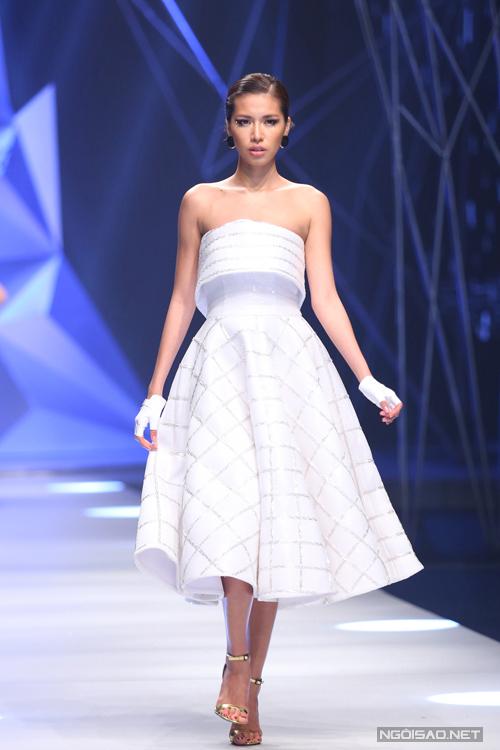 Chất liệu ánh kim được kết hợp với mật độ hợp lý trong hai dáng váy chính là bút chì ôm sát và váy chữ A xoè rộng, tạo ra chất cảm ánh sáng ấn tượng mang lại vẻ ngoài cực kì hiện đại và lộng lẫy cho những kiểu dáng mang âm hưởng của thập niên 50.