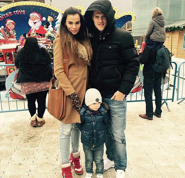Một ngày sau khi giúp The Kop có trận hòa kịch tính 2-2 với Arsenal, Martin Skrtel cùng bà xã và con trai đi chơi ở Công viên mùa đông