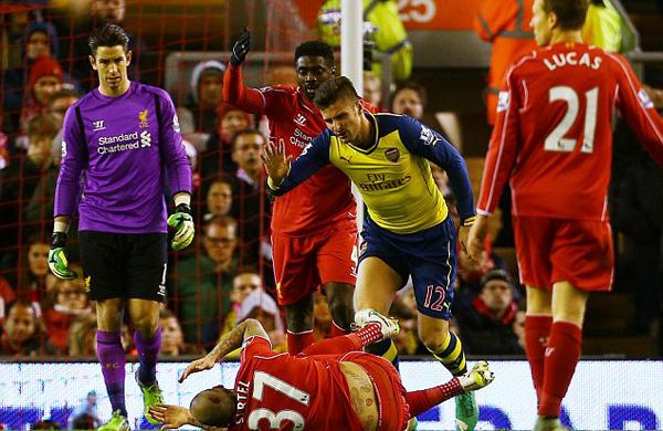 Tiền đạo Giroud của Arsenal nhanh chóng chạy tới xin lỗi Skrtel.
