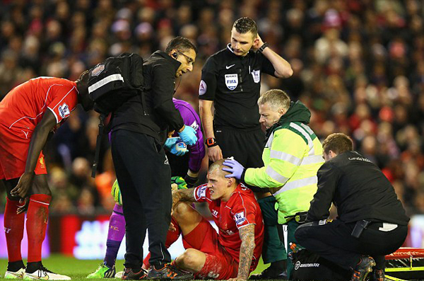 Trận đấu bị gián đoạn tới 6 phút để các bác sĩ vào sân xem xét vết thương cho hậu vệ Liverpool.