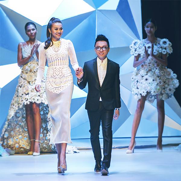 NTK Nguyễn Công Trí đã mở màn chương trình với BST Sự thuần khiết của nước. Sánh vai cùng anh là siêu mẫu Thanh Hằng