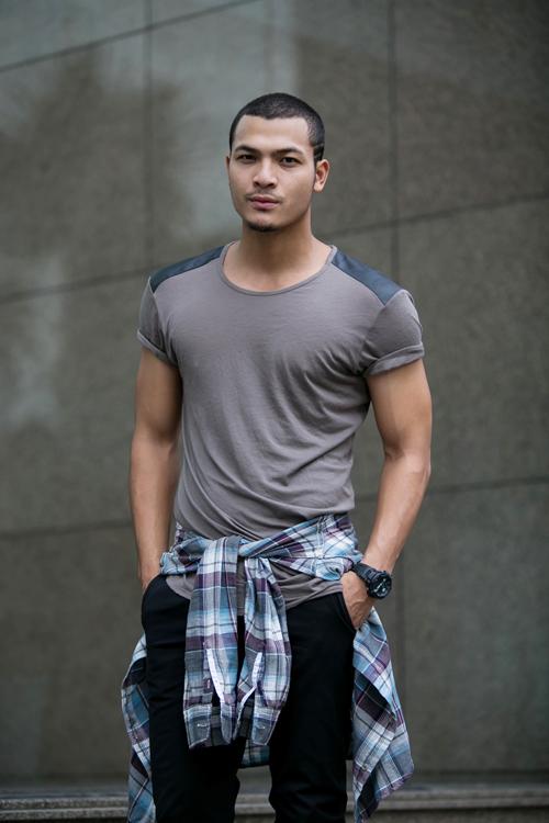 Áo thun cổ tròn mix cùng jeans skinny sẽ mang lại nét khoẻ khoắn cho những chàng trai yêu thể thao và có body săn chắc.