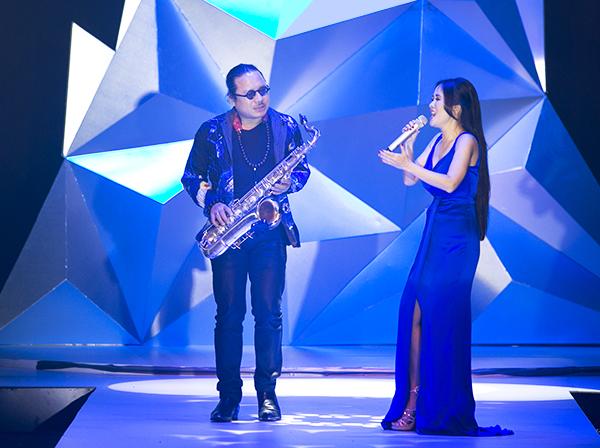 Nghệ sĩ saxophone Trần Mạnh Tuấn và ca sĩ Hồng Nhung đem đến những phút giây âm nhạc thăng hoa cho khán phòng