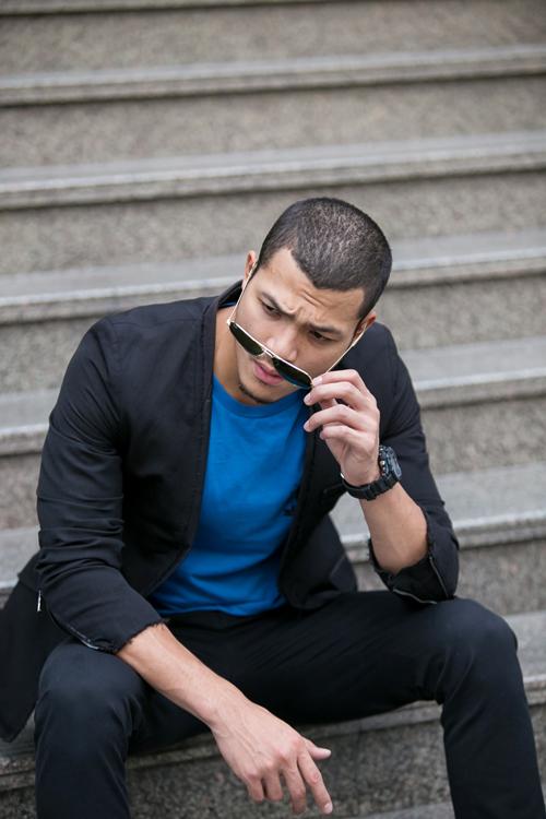 Chọn áo thun xanh cobalt để tạo nên điểm nhấn co tổng thể tuyền sắc đen của áo vest mỏng và quần jeans.