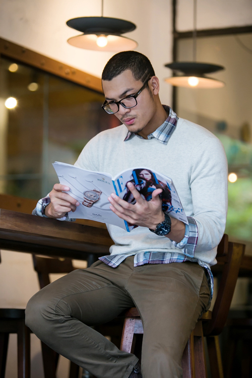 Sự gắn bó khăng khít của quần kaki ống suông, sơ mi ca rô, áo dệt kim cổ tròn và giầy bốt da nâu mang đến phong cách thu đông cho chàng trai thích sự đơn giản.