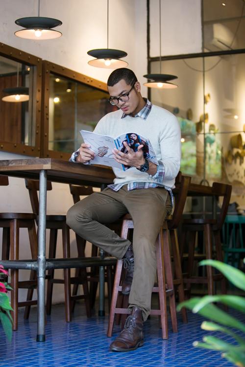 Sự kết hợp của quần kaki ống đứng, sơ mi ca rô, áo nỉ cổ tròn và giầy boot da nâu mang đến phong cách thu đông cho chàng trai thích sự đơn giản và thanh lịch.