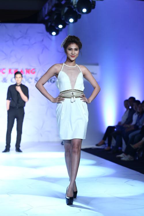 Trắng và đen là hai tông màu chủ đạo của bộ sưu tập - đây là hai gam màu được yêu thích nhất mùa thời trang 2013 và ở mùa mới, một số nhà thiết kế trẻ vẫn dành nhiều tình cảm cho nó.