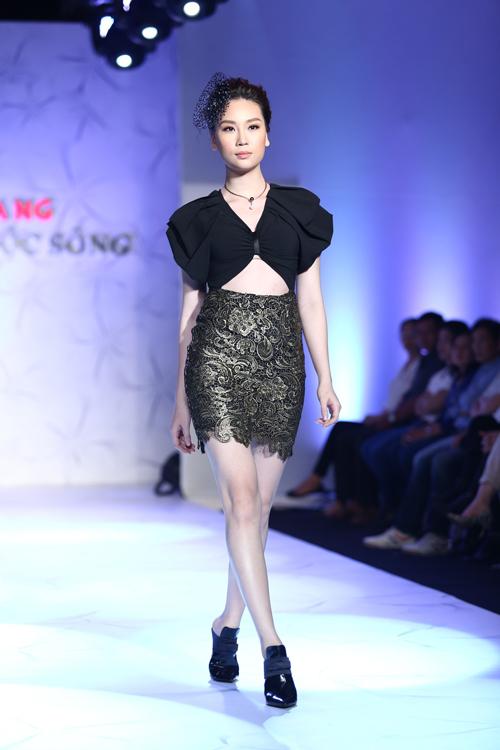 Những đường cut out trên ngực áo được sử dụng để mang đến các mẫu váy sexy và tôn nét gợi cảm cho phái đẹp.