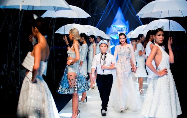 NTK Chung Thanh Phong, một trong những thí sinh thành công từ cuộc thi Aquafina Pure Fashion, giới thiệu đến các khách mời BST Cats in the rain.