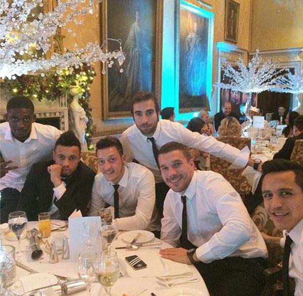 Podolski ngồi cùng Sanchez, Ozil,