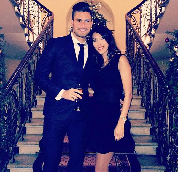 Giroud ôm eo cô vợ Jennifer tình tứ trong bữa tiệc.