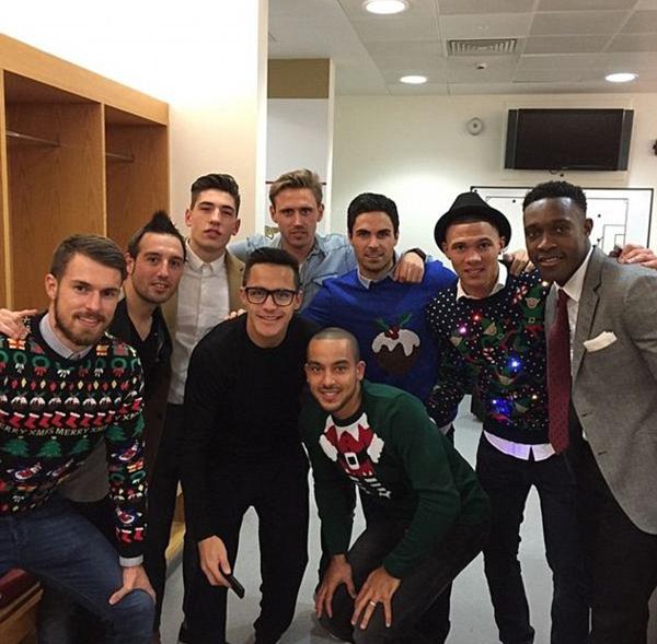 Đây là bữa tiệc mừng Giáng sinh thứ hai của các học trò HLV Wenger.