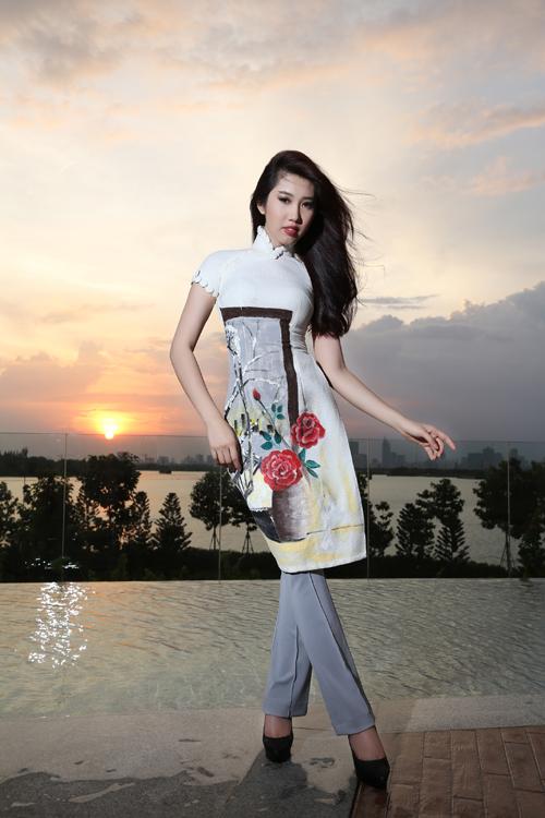 Áo dài cách tân với phần tà áo, tay áo được thu gọn về chiều dài và chiều rộng để mang đến nét hiện đại cho phái đẹp.