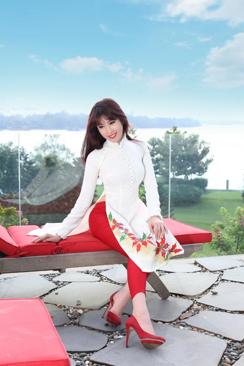 Quần legging được chọn để mix cùng các mẫu áo dài phá cách nhằm mang đến nét gợi cảm, khoẻ khoắn cho bạn gái.]