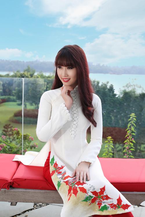 Bộ ảnh được thực hiện với sự hỗ trợ của Photo: Phan Thành Cân, Mode: Thuý Ngân, Make-up: Ranran; Áo dài: