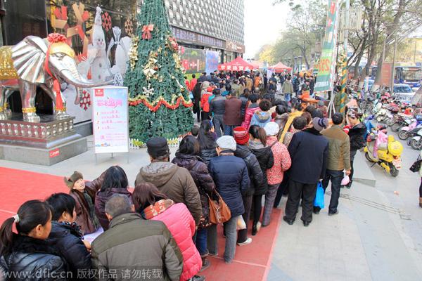 Tiệm vàng này nằm ở thành phố Trịnh Châu, tỉnh Hà Nam. Chính sách bán hàng đặc biệt, với giá hai quả táo đổi một miếng vàng, của tiệm này thu hút sự chú ý của rất nhiều người.
