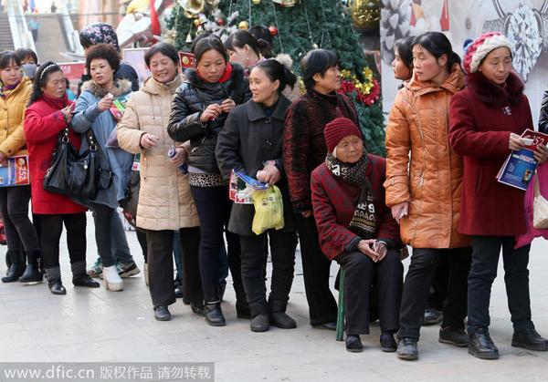 Theo ECNS, hôm 23/12, có khoảng 200 người đã xếp thành hàng dài, mỗi người mang theo hai quả táo để có cơ hội sở hữu miếng vàng của tiệm.   Đối tượng khách hàng khá đa dạng, từ thanh niên, người già đến em nhỏ.