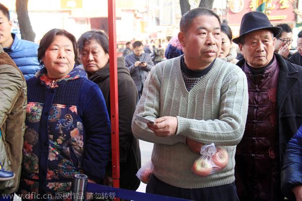 Một người đàn ông, tay cầm táo, tay còn lại cầm chứng minh thư, đến tiệm để đổi vàng.
