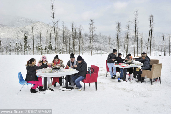 """A dozen hot pot fans attended a hot pot feast at a ski resort on Chengdu Xiling Snow Mountain earlier this week. The event was reported to have been organized through """"Huaxiyanwei,"""" an official WeChat account belonging to Huaxi Metropolitan Daily."""
