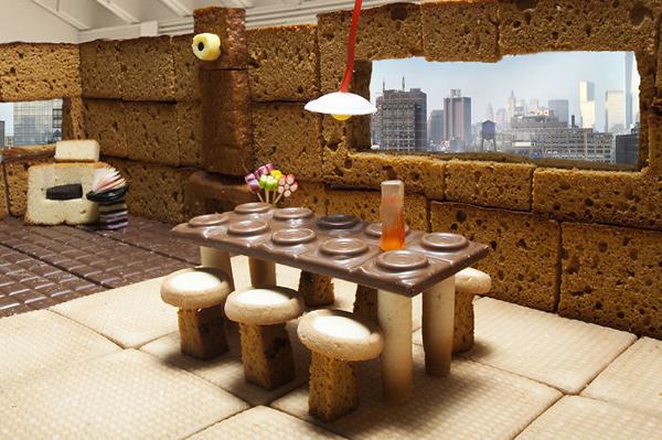 Không gian phòng ăn ấm cúng với chiếc bàn bằng chocolate.