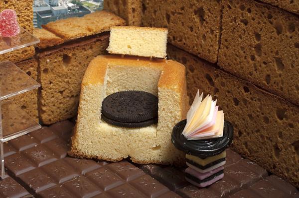 Chiếc ghế sofa được khoét từ bánh mì, đệm bằng bánh quy kẹp kem.