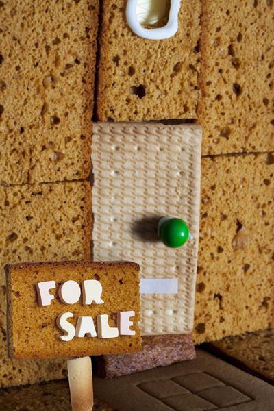 Ngôi nhà bánh được rao bán một cách dễ thương.