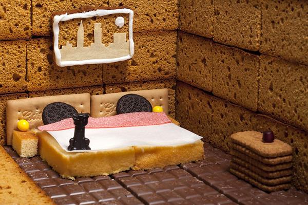 Phòng ngủ với giường đôi và cả tranh treo tường độc đáo.