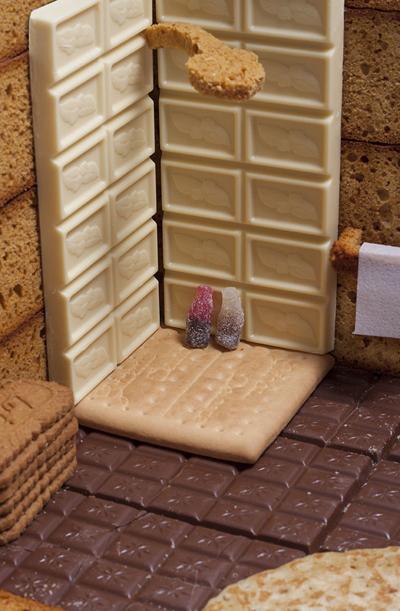 Tường phòng tắm được làm bằng chocolate trắng, vòi hoa sen là ruột bánh mỳ.