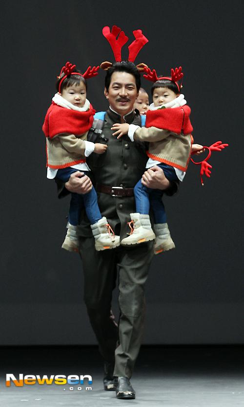 Song Il Gook gây bất ngờ cho khán giả khi xuất hiện trên sân khấu một hoạt động diễn ra tối Giáng Sinh