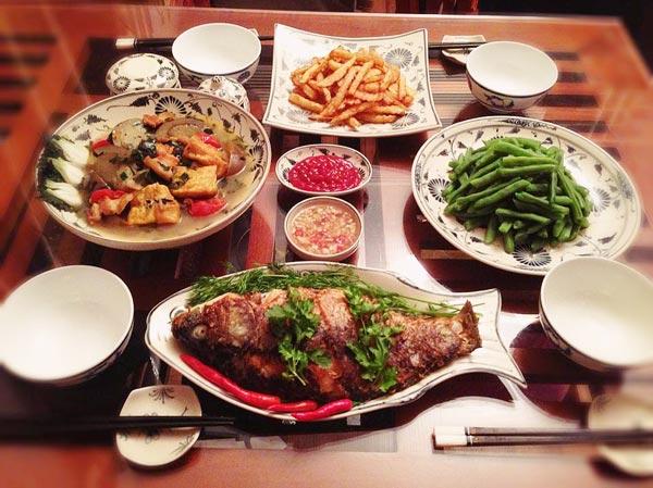 Mâm cơm cho 2 người lớn và 2 trẻ con gồm cá rán, cà tím nấu đậu phụ, khoai tây chiên, đỗ luộc chắc chắn sẽ chiều lòng được tất cả thành viên trong nhà.