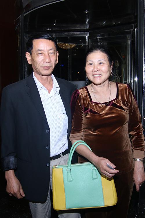 Mẹ và bố dượng Công Vinh từ Nghệ An vào miền Tây dự đám cưới. Họ ở một khách sạn gần nhà cô dâu để tiện đi lại.