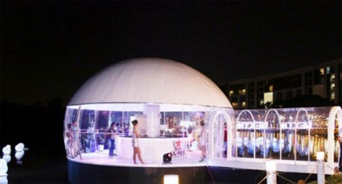 Floating bar lần đầu tiên được lắp đặt tại Hồ Bán Nguyệt sẽ mang đến cho khách tham quan những trải nghiệm thú vị cùng những bản nhạc sôi động của các nữ DJ xinh đẹp..