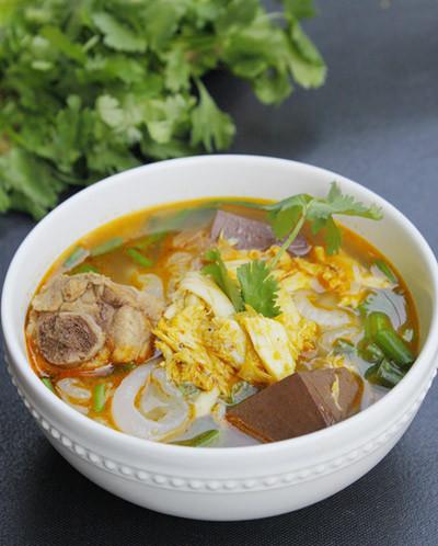 Sợi bánh canh dai và nước dùng ngọt được dùng kèm với thịt cua rất ngon.