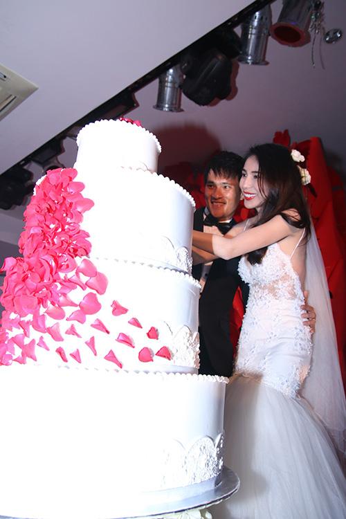 ...cắt bánh cưới...