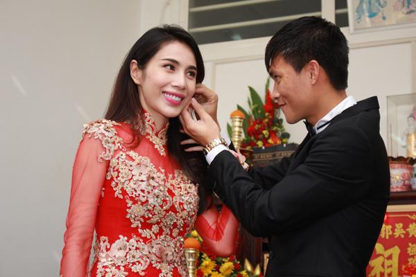 Phong cách gợi cảm, sang trọng của cô dâu Thủy Tiên