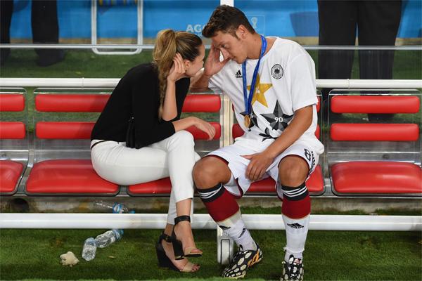 Ozil cũng bị cô bạn gái Mandy Capristo bỏ sau bê bối tình ái. Ảnh