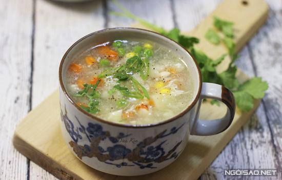 Món súp tuy nhiều nguyên liệu nhưng lại có cách chế biến khá đơn giản. Bạn có thể thực hiện món ăn này vào những ngày nghỉ cho cả nhà cùng thưởng thức.