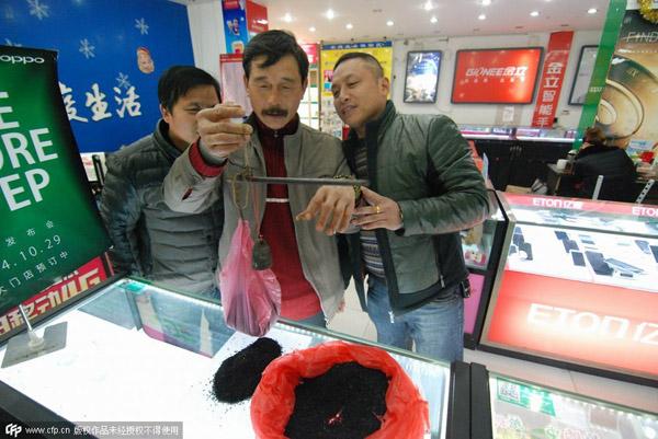 Bằng việc bán thảo dược và kiến sấy khô, mỗi năm ông Chen kiếm được 50.000 đến 60.000 nhân dân tệ (8.000 đến 9.600 USD).