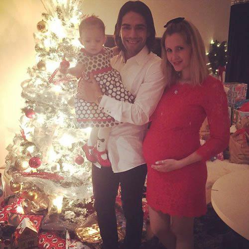 Falcao cười rạng rỡ đón Giáng sinh bên công chúa nhỏ Dominique và bà bầu Lorelei.