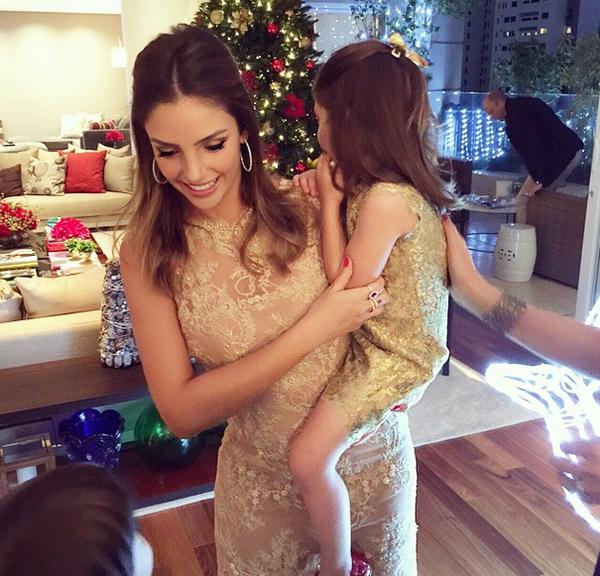 Caroline và con gái Isabella cùng mặc đầm vàng lấp lánh