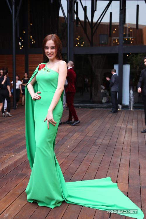 Angela Phương Trinh gây đước sức hút tại buổi họp báo giới thiệu chương trình Bước nhảy hoàn vũ nhờ mẫu váy đuôi cá thiết kế lệch vai trên gam màu xanh lá tươi non.