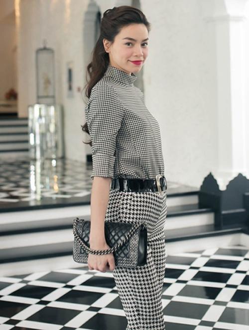 Túi Chanel Boy giúp biểu tượng thời trang của showbiz Việt - Hồ Ngọc Hà thoả sức thể hiện tài mix&match trang phục hợp mốt.